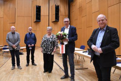 Bürgermeister Frank Peter Ullrich und Berthold Becker mit dem neuen Vorstand des Seniorenrates