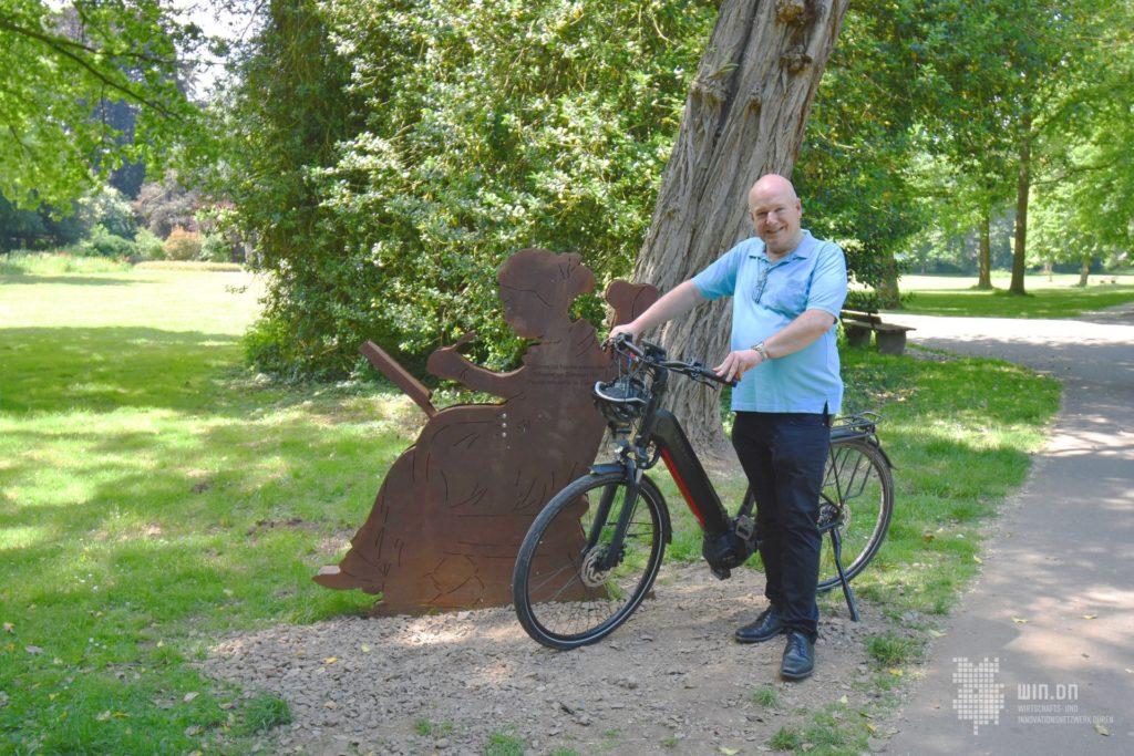 Bürgermeister Frank Peter Ullrich an der Rast- und Erlebnisstation im Willy-Brandt-Park