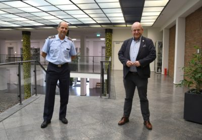 Oberst Danilo Schlag (li.) und Bürgermeister Frank Peter Ullrich im Dürener Rathaus.
