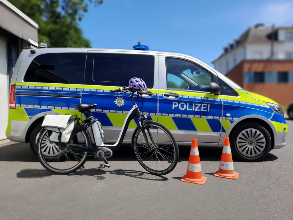 Pedelec vor Polizeibus