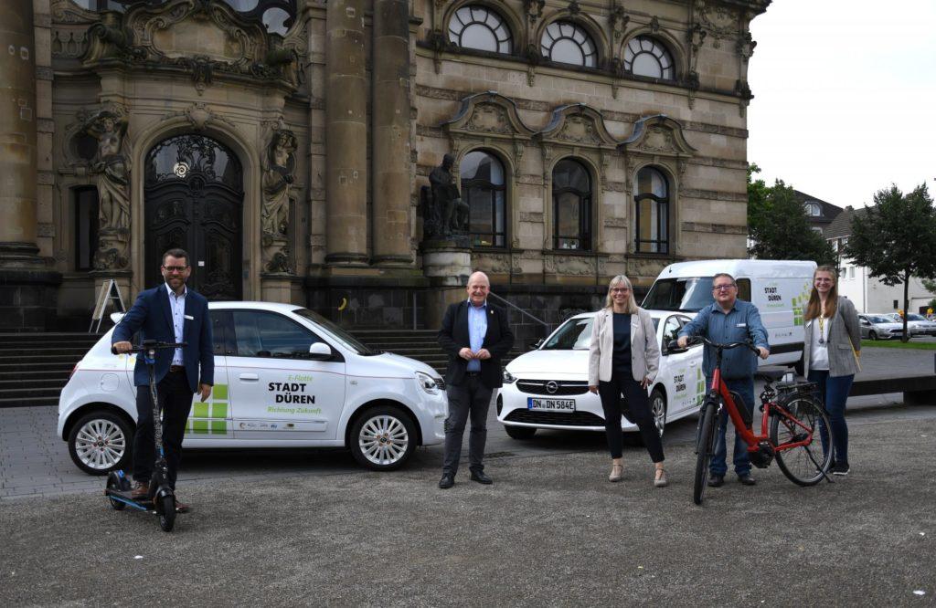 Gruppenfoto mit E-Flotte vor dem LHM
