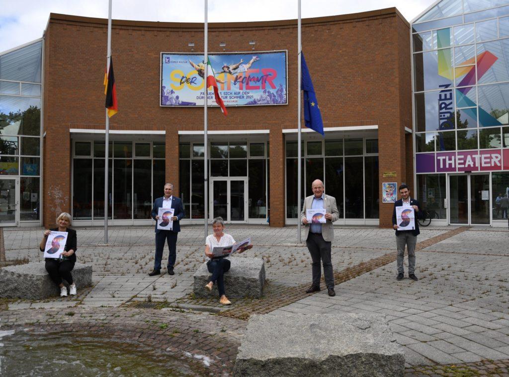 Der Rudolf-Schock-Platz wird zur Sommerbühne. (V.l.n.r.) Drs. Gabriele Gellings (Leiterin Düren Kultur), Dirk Hürtgen (Sparkasse Düren), Verena Schloemer (Vorsitzende Kulturausschuss), Bürgermeister Frank Peter Ullrich und Sebastian Eich (Stadt Düren) bei