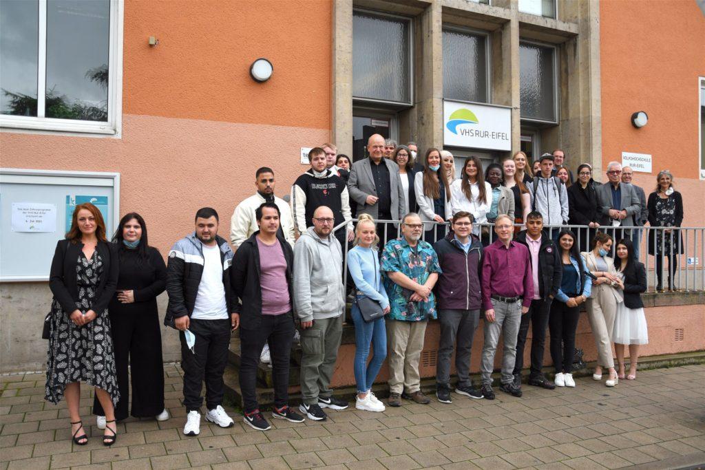 Gruppenfoto vor dem Eingang der VHS-Rur-Eifel