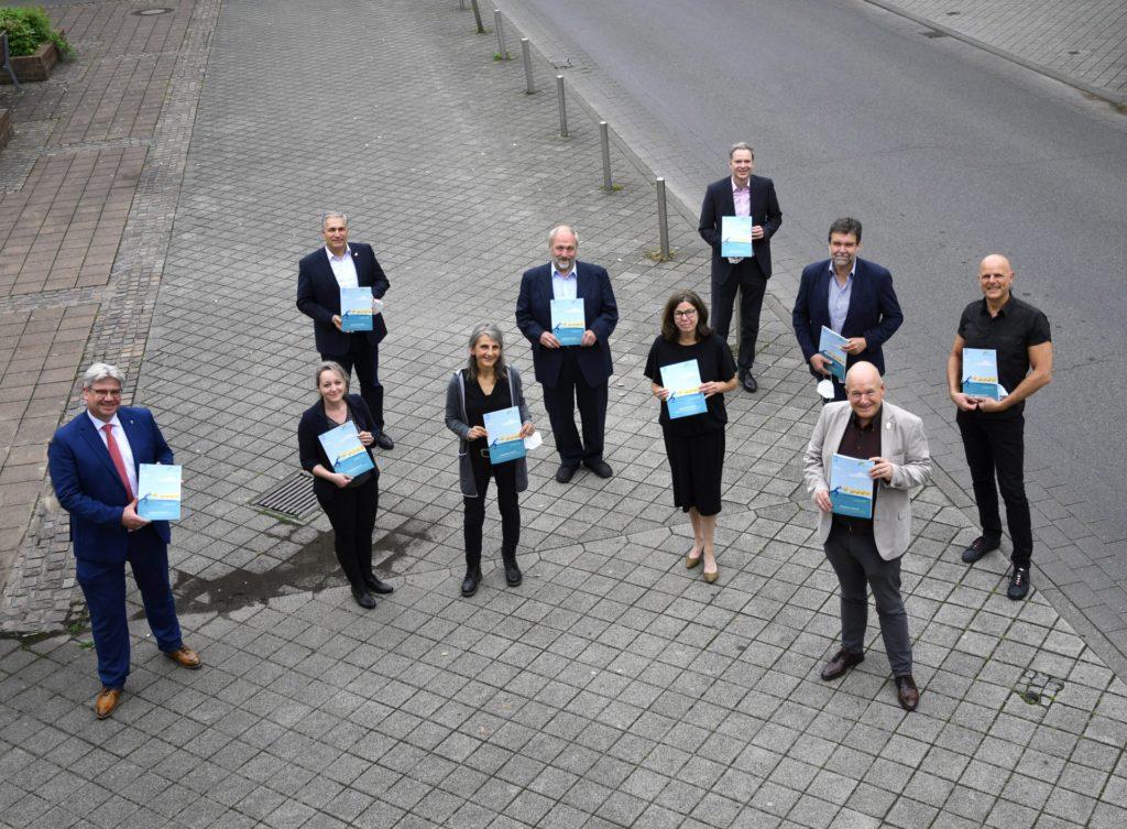 Gruppenfoto vor dem Rathaus der Gemeinde Inden