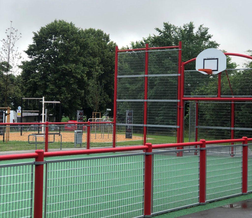 Ein Blickfang des neuen Jugendplatzes am Miesheimer Weg ist der neu gestaltete Street-Soccer-Bereich.