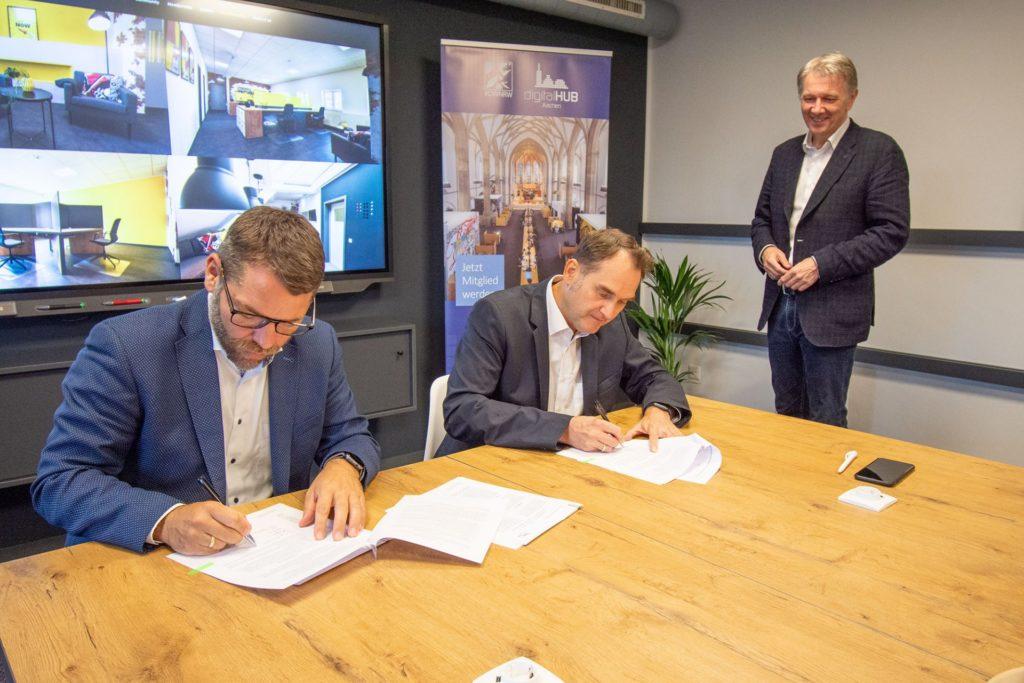 (v.l.) Dr. Oliver Grün, Vorstandsvorsitzender digitalHUB Aachen e.V. und Thomas Hissel, 1. Beigeordneter der Stadt Düren und Hauptgeschäftsführer der WIN.DN GmbH unterzeichneten den Vertrag im Dürener Coworking Space CO_SPACE.DN.