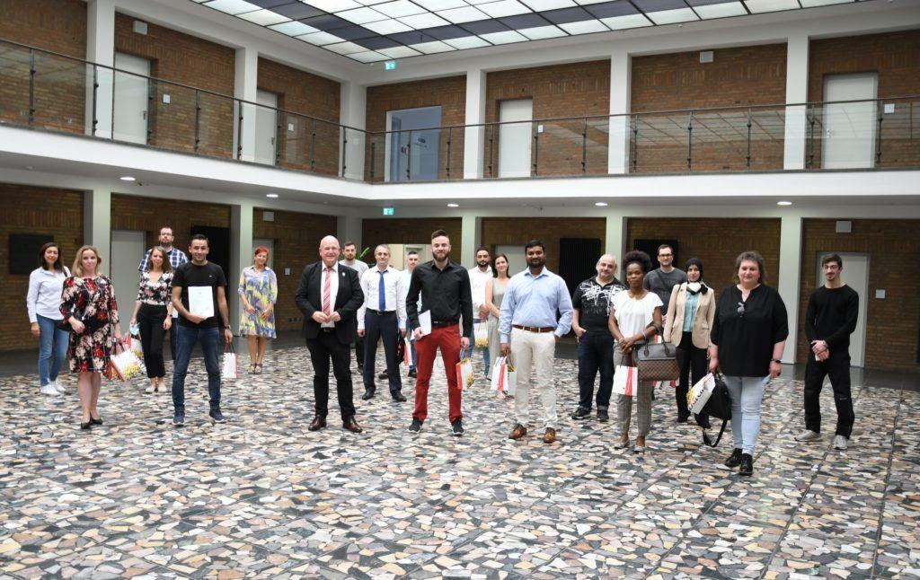 Gruppenfoto zur ersten Einbürgerung 2021 im Rathausfoyer.