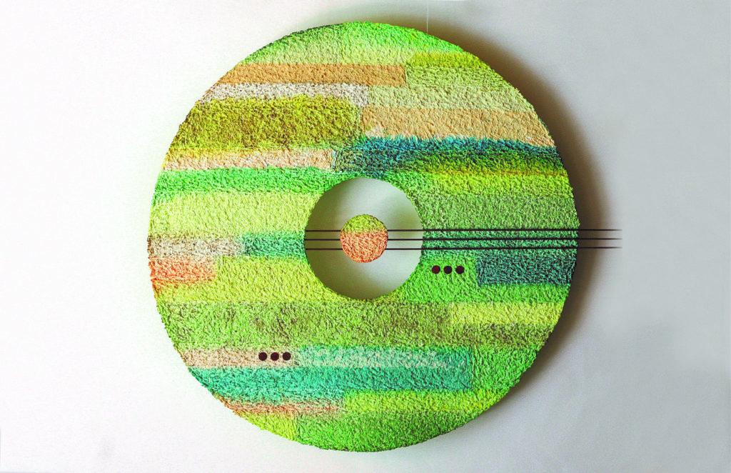 Traudel Stahl, Fährten 6, handgeschöpftes Papier aus Baumwolle, teilweise vermischt mit Kaffee, Samen, Sägespänen, Metall.