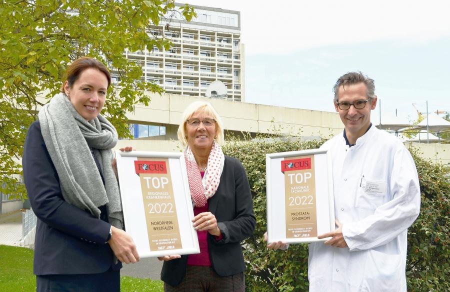 Sie freuen sich sehr über die beiden Focus-Siegel für das Krankenhaus Düren (von links): Geschäftsführerin Kathleen Büttner-Hoigt, Aufsichtsratsvorsitzende Liesel Koschorreck und Priv.-Doz. Dr. Christof Börgermann, Chefarzt der Urologie.