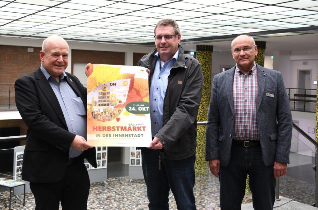 Freuen sich auf den kommenden Herbstmarkt: (v.l.n.r.) Bürgermeister Frank Peter Ullrich sowie Achim Greiff und Frank Blumenthal von der Abteilung Marktwesen.